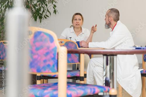 Plakat Zatrzymaj się i porozmawiaj z dwoma lekarzami w salonie