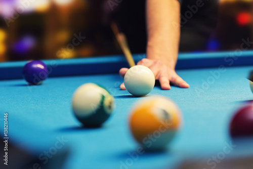 Canvastavla bar billiard - hand aiming the cue ball