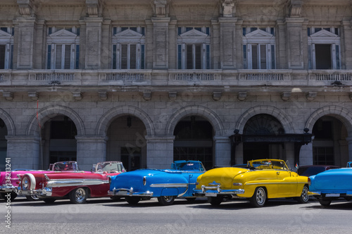 Foto op Aluminium Havana Farbenfrohe amerikanische Oldtimer parken in der Mitte auf der Hauptstraße von Havanna Kuba - Serie Kuba Reportage