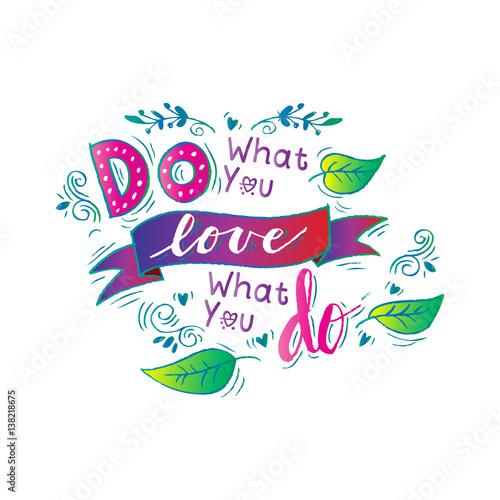 Rób to co kochasz kochaj to co robisz. Ręcznie rysowane napis kaligrafii.