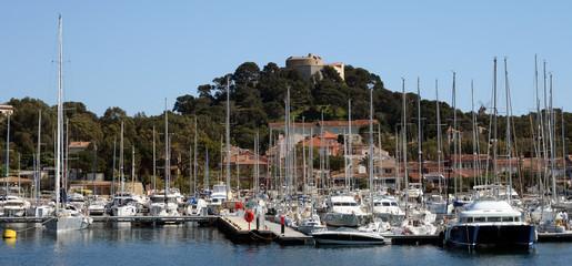 Fototapeta na wymiar Panorama vom Hafen und Fort der Insel Poquerolles