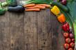 Frisches Gemüse auf dunklem Holz