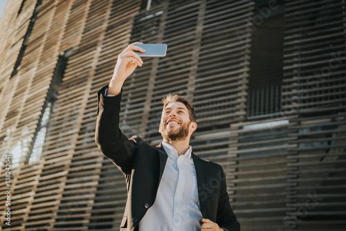 Empresario haciéndose una selfie