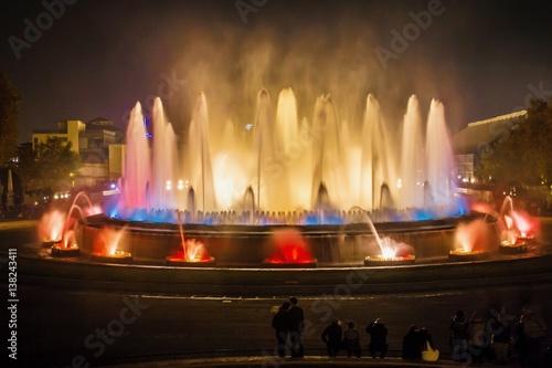 la-font-magica-magiczna-fontanna-kompleks-fontann-widok-noca