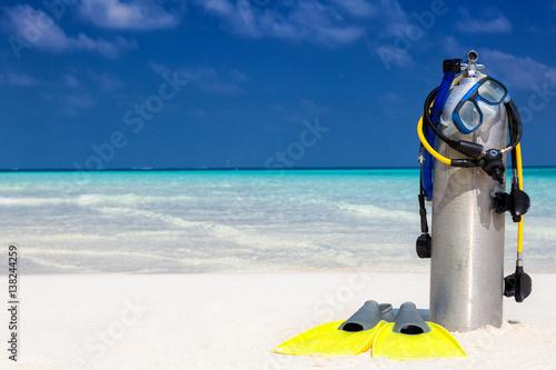 Taucherausrüstung am tropischen Strand