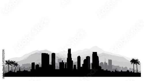 Fototapeta premium Panoramę Los Angeles, USA. Sylwetka miasta z wieżowcami, górami i palmami. Słynny amerykański pejzaż miejski