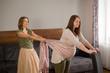 masaż chustą kobiety w ciąży