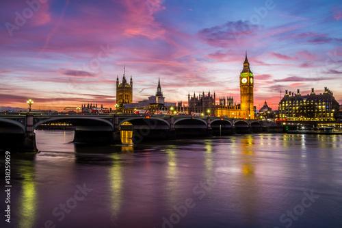 oswietlone-zabytki-londynu-i-rzeka-tamiza-o-zmroku