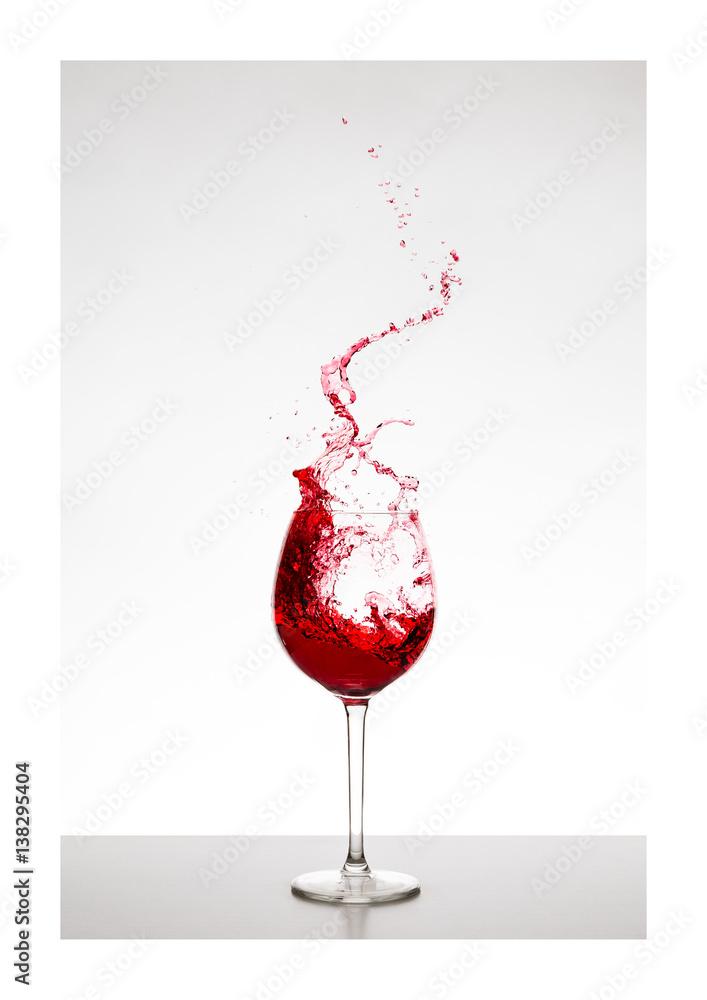 roter Wein / Rotwein im Glas mit Spritzern - Liquid Art, Weinsplash ...