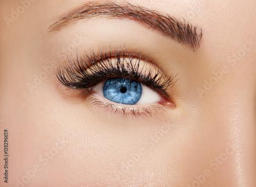Foto op Plexiglas Beauty Blue Eye Makeup. Beautiful Eyes Make up detail, perfect beauty eyebrows