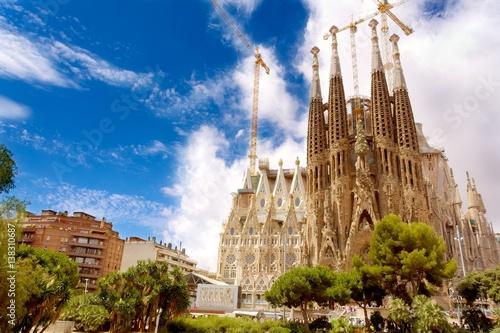 sagrada-familia-secesyjny-kosciol-w-barcelonie-w-katalonii-o-statusie-bazyliki-mniejszej-zdjecie-wykonane-w-letni-dzien