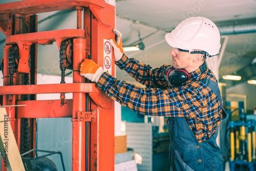 Fotografía  Forklift Repairing Work