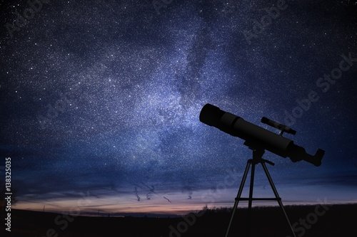 Photo Silhouette of telescope and starry night sky in background