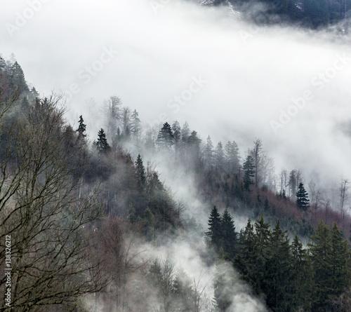 alpy-tyrolskie-we-mgle-bawaria-niemcy