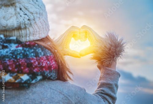 Tuinposter Zwavel geel winter frau mit sonne in herz hand