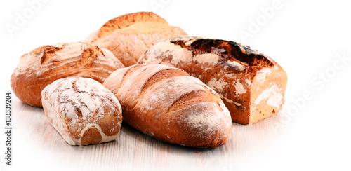 bochenki-chleba-na-bialym-tle