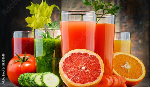 szklanki-ze-swiezych-organicznych-sokow-warzywnych-i-owocowych
