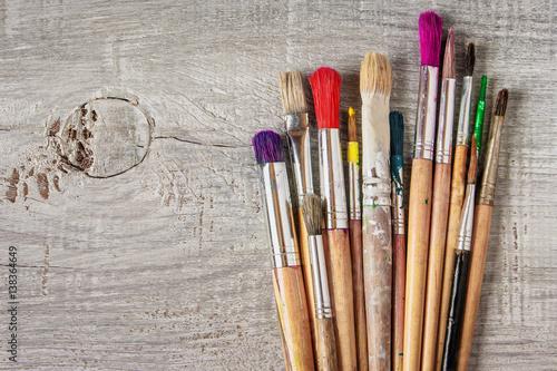 brudne-pedzle-do-malowania-na-jasnym-drewnianym-tle