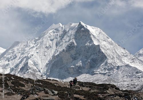 Obraz na plátne Porters near Island peak (6189 m) in district Mt