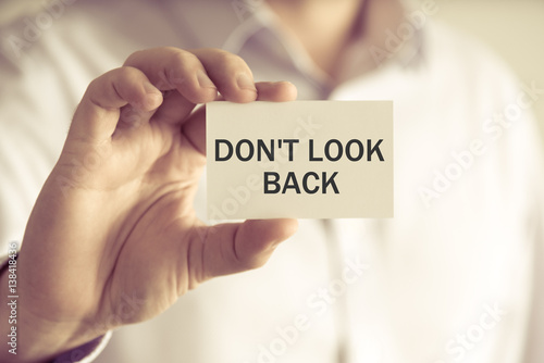 Foto  Businessman holding DO NOT LOOK BACK message card