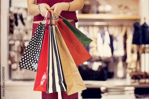 Plakat Kobieta zakupy z torbą w butiku