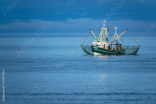 Tuinposter Noordzee Krabbenkutter auf der Nordsee vor der Insel Föhr