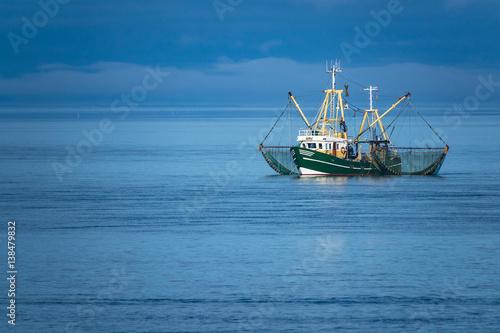 Cadres-photo bureau La Mer du Nord Krabbenkutter auf der Nordsee vor der Insel Föhr