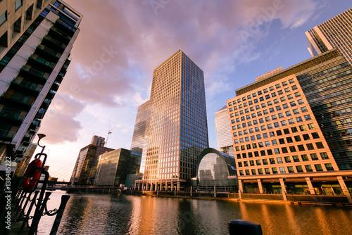 budynek-biurowy-w-londynie-w-godzinach-wieczornych