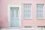 Pastelowy różowy budynek i bladoniebieskie drzwi otoczone marmurem w Atenach, Grecja - 138485466