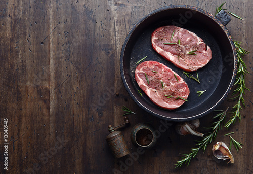stek-z-rozmarynem-i-pieprzem-na-czarnym-naczyniu-widok-z-gory