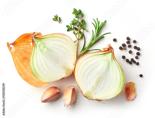 Fotografia onions and spices on white background