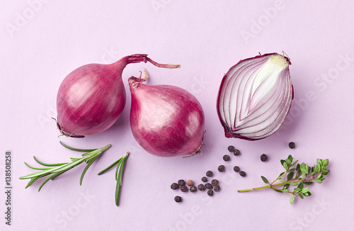 Fotografía  red onions and spices