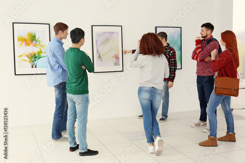 Fotografía  Young people in modern art gallery hall