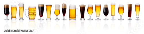 Photo sur Aluminium Biere, Cidre set of frosty glass of light beer with foam on white