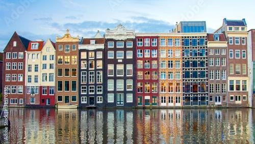 kanal-w-amsterdamie-na-tle-granatowych-i-bordowych-kamienic