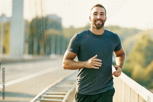 Fotografía  Young Fitness Man Exercising. Living Healthy Lifestyle.