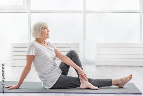 Montage in der Fensternische Yoga schule Dreamful mature lady resting after workout