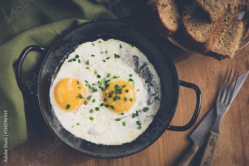 Foto op Plexiglas Gebakken Eieren Spiegeleier aus der Pfanne mit Brot