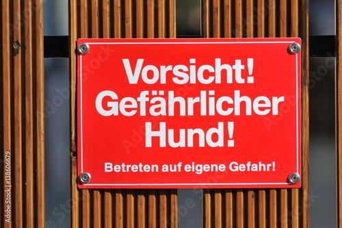Zeichen: Vorsicht gefährlicher Hund – Betreten auf eigene Gefahr Wallpaper Mural