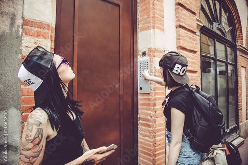 Fotografie, Obraz  Attente de deux jeunes femmes devant la porte d'un immeuble