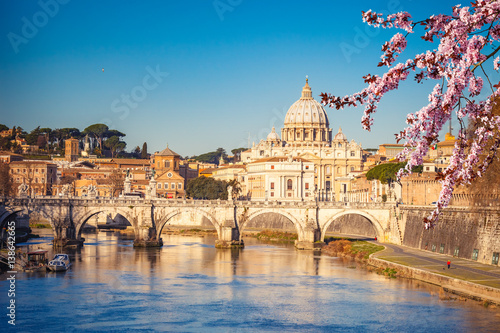 Photo  View at Tiber and St. Peter's cathedral in Rome