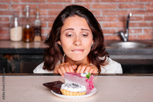 Foto Woman on the diet craving to eat cake