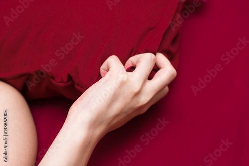 Plakat Kobiety ręki znaka orgazm na łóżku