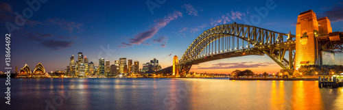 Montage in der Fensternische Australien Sydney. Panoramic image of Sydney, Australia with Harbour Bridge during twilight blue hour.
