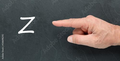 Valokuva  Lettre Z à la craie sur un tableau noir et montrer du doigt