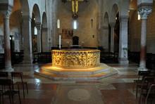 Taufbecken In Der Taufkapelle Des Doms Santa Maria Matricolare In Verona