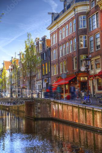 tradycyjne-stare-kamienice-amsterdamu-w-pogodny-dzien