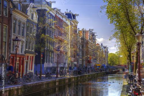 kanal-w-amsterdamie-stare-kamienice-i-drzewa-po-bokach
