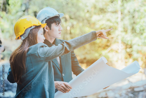Foto  asian  engineer hand holding blueprint working in area forest