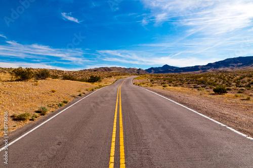 In de dag Route 66 Road in the desert of Nevada, USA